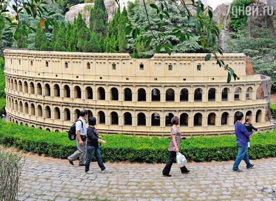 Возле копии римского Колизея один американец воскликнул: «Надо же! Он меньше нашего дома в Техасе!»
