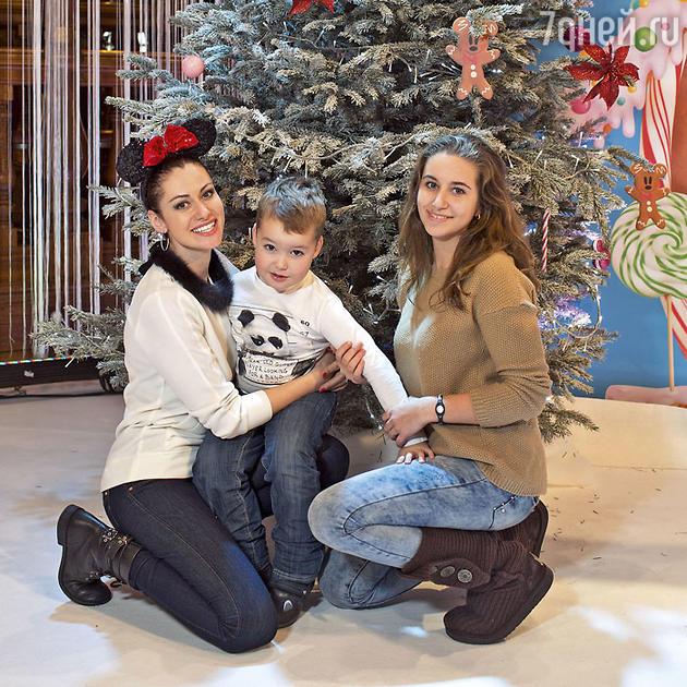 Анна Ковальчук с сыном Добрыней и дочкой Златой