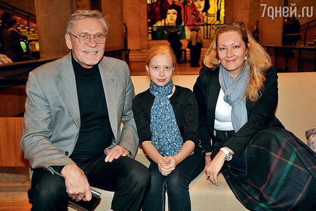 Александр Михайлов с женой Оксаной и дочерью Акилиной