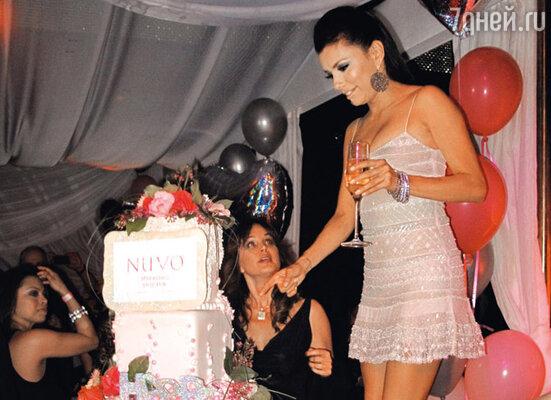 Огромный торт поразил именинницу