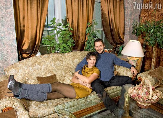 «Когда я впервые увидел Олесю, подумал: «Каких только баб не бывает!» Ноги нереальной, просто нечеловеческой длины» (На Олесе платье Sportmax, ботильоны, гетры Marella. На Спартаке джинсы, свитер Ermenegildo Zegna)
