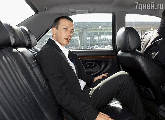 Человек в лимузине обернулся и сказал с сильным французским акцентом: «Оставьте себе мой «Rоlex». Я слишком спешу»