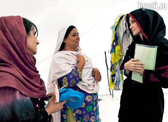 Анджелина — посол доброй воли. Пакистан, сентябрь 2010 г.