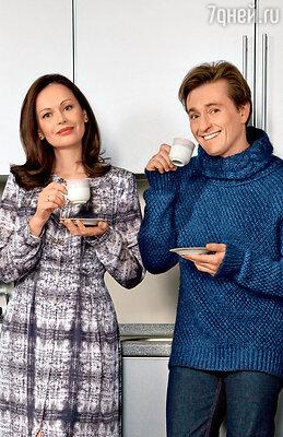 «Езжу с мужем повсюду, чтобы проверить: принял ли витамины, нормально ли поел, есть ли в его гримерке мед и любимый чай с чабрецом»