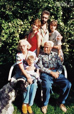 На коленях у свекрови сидит Потап, рядом — свекор, знаменитый режиссер Илья Фрэз. За ними мы с Ильей и Даша