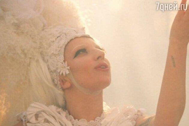 Леди Гага в клипе «G.U.Y.»