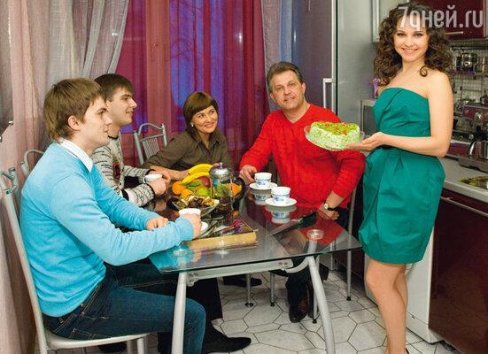 Валя часто бывает в гостях у своего дяди Михаила. Актриса с двоюродным братом Станиславом (слева), женой дяди Еленой и ее сыном Андреем