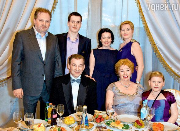 Владислав Третьяк с женой Татьяной и внучкой Аней (сидят), сыном Дмитрием, внуком Максимом, невесткой Натальей, дочерью Ириной (стоят)