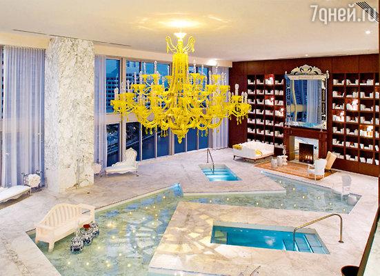 Одна из достопримечательностей новых апартаментов — декоративный бассейн и встроенные в него глубокие купели