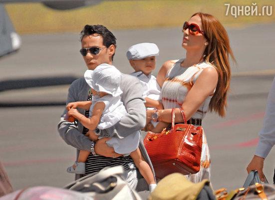 Супруги с близнецами Максом и Эммой