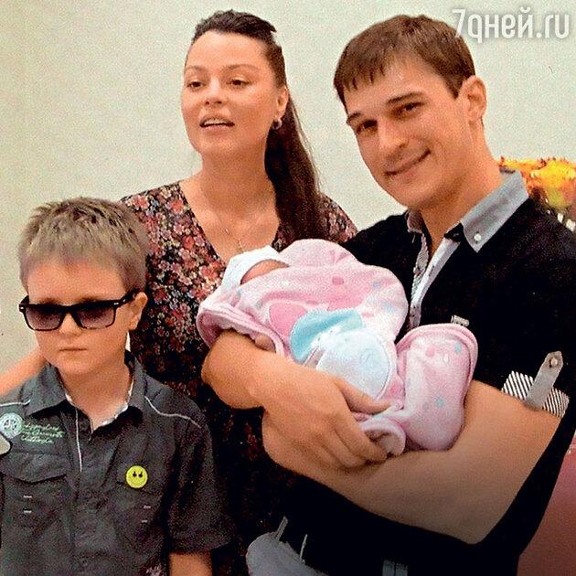 Наталья Громушкина с мужем, сыном и дочерью