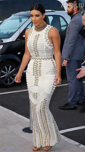 Ким Кардашьян в платье от Balmain, которое было сшито специально для нее для вечеринки на яхте