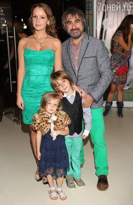 Александр и Анна Толмацкие с детьми