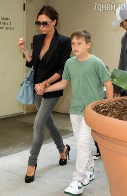 Виктория Бекхэм является давней поклонницей джинсов (в ее гардеробе более 10 различных моделей). Дизайнер советует не жалеть денег на этот предмет одежды и обязательно купить узкие джинсы