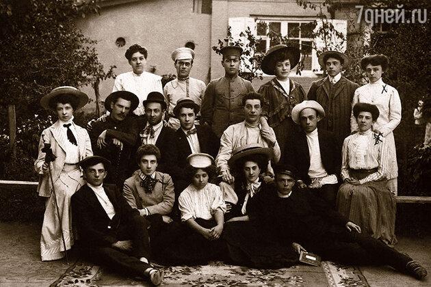 Труппа Заречного. Иван Мозжухин — второй слева в первом ряду