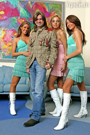 Дима со своими новыми подопечными — девичьим трио, у которого пока нет названия, зато уже достаточно концертных нарядов
