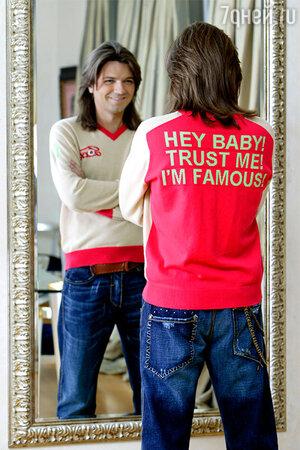 Джемпер с шутливой надписью: «Привет, малышка! Доверься мне. Ведь я — знаменитость!»