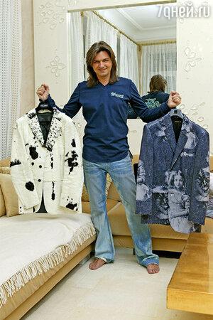 В руках Дмитрия любимые пиджаки, верой и правдой отслужившие певцу не одно выступление