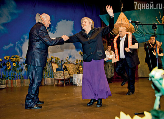 Изображающие птицу-тройку Владимир Зельдин, Эльдар Рязанов и Александр Ширвиндт приветствуют Маргариту Эскину