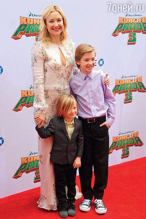Кейт Хадсон с сыновьями Бингемом и Райдером
