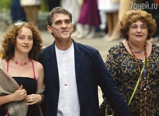 Валерий Гаркалин с супругой Екатериной (справа) и дочерью Никой