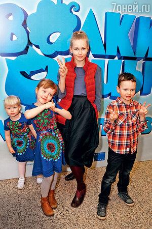 Юлия Пересильд с дочерьми  Аней, Машей и крестником Артемием