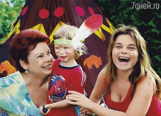 Моя мама в прекрасных отношениях с Сережей. Они живут на разных концах планеты, но встречаются как родные. (Людмила Ивановна, Архип и Наташа)
