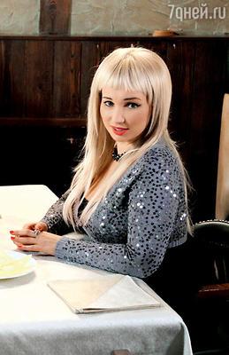 Анфисе предлагали на выбор несколько париков — от ярко-рыжего до темно-русого, Чехова решила стать блондинкой