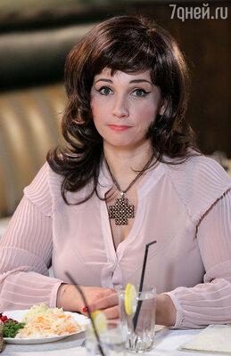 Роли  жены Тарзана, в том числе официантки, достались Анфисе Чеховой