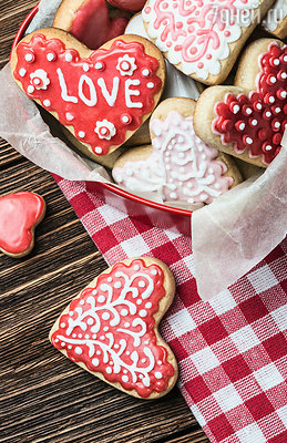 Приготовления начинаются с середины января. Кондитерские в эти дни дают фантастический товарооборот: пирожные и шоколад пользуются колоссальным спросом