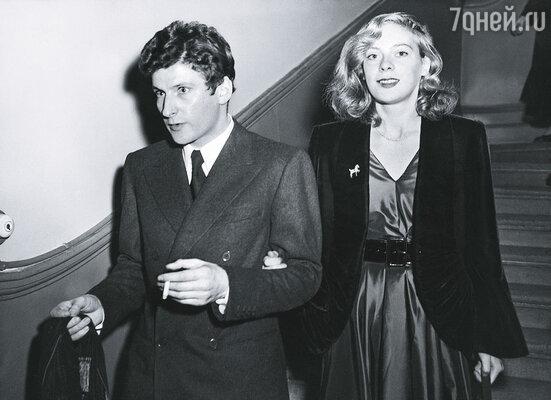 Люсьен и Кэролайн оказались связанными одной цепью любви-страсти, совершенно непереносимой для обоих. Весной 1954 года они поженились — скромно и без лишнего шума