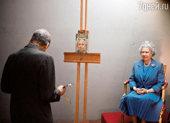 Канцелярии Букингемского дворца пришлось долго уговаривать художника написать портрет королевы Елизаветы II. Фрейд наотрез отказался тащиться во дворец. Пришлось королеве самой прийти в мастерскую к Люсьену