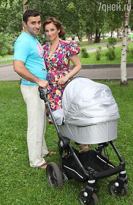 На прогулке с мужем и сыном