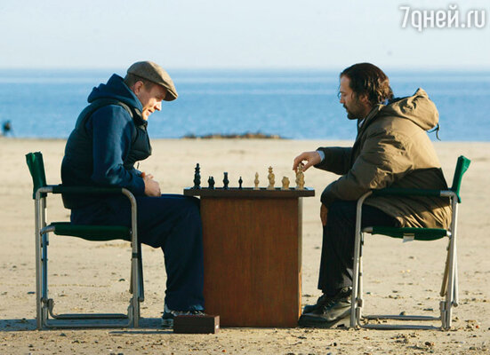Джейсон коротает время за шахматным поединком с Гаем Ричи в перерыве между съемками его фильма «Револьвер». 2005 г.