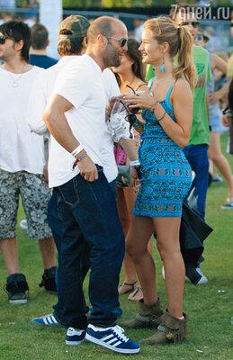 С нынешней возлюбленной Рози Хантингтон-Уайтли. Она, как и Келли Брук, — англичанка, модель, а теперь и актриса — недавно получила роль в блокбастере «Трансформеры 3». Малибу, июнь 2010 г.