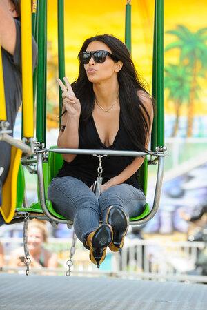 Ким Кардашьян в парке аттракционов
