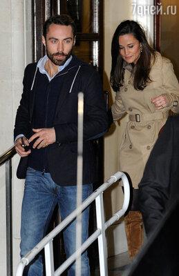 Когда Кейт лежала вклинике, ее навестили сестра Пиппа ибратДжеймс. 5 декабря 2012 г.