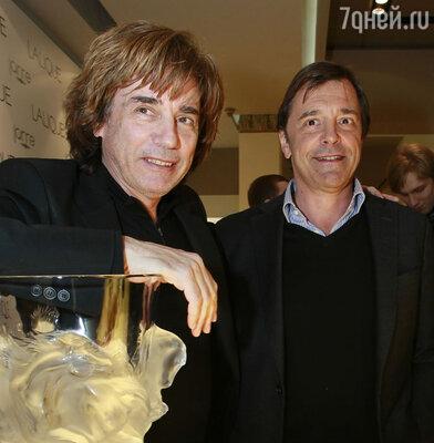 Французский музыкант и композитор Жан-Мишель Жарр и президент компании Lalique Сильвио Денцна открытии бутика