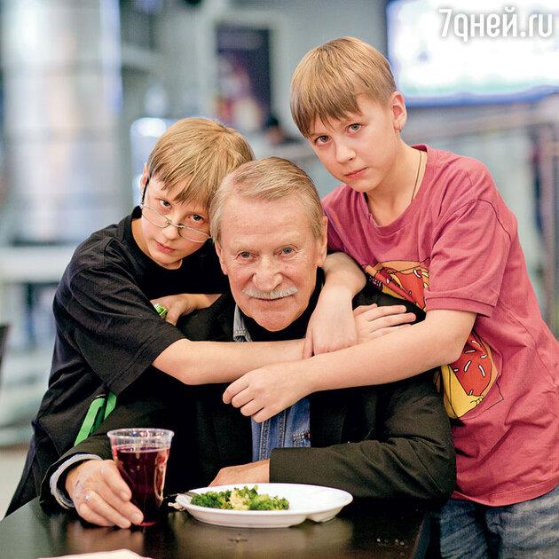 Иван Краско с сыновьями Ваней и Федей