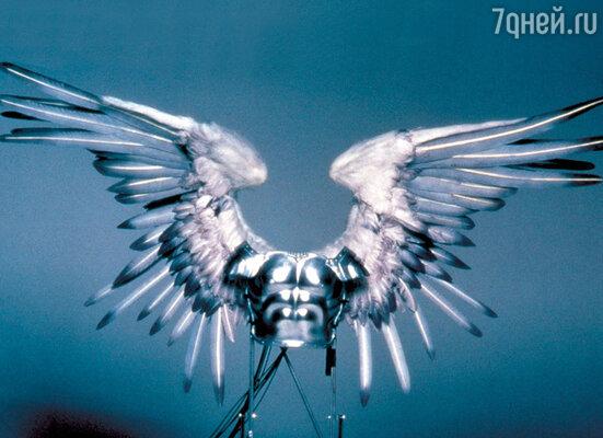 Крылья героев Бена Эффлека и Мэтта Дэймона, сыгравших в «Догме» ангелов смерти, шли «вкомплекте» с боевыми доспехами