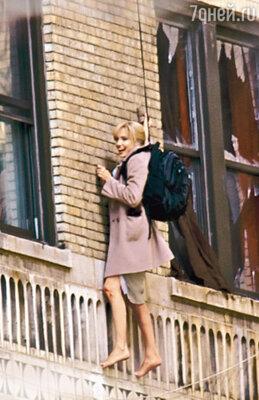 Для съемок в триллере «Солт» Анджелина Джоли преобразилась в белокурого агента ЦРУ Эвелин