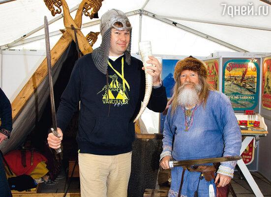 Дмитрий Губерниев в норвежском павильоне с коренным жителем Скандинавии