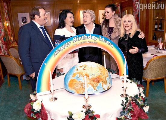 Торт для любимой мамы. Слева направо: Виктор Басков, Елена Баскова, Николай с Оксаной, Таисия Повалий
