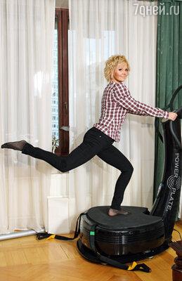 Валерия старается бывать в спортзале ежедневно, чередуя йогу и аэробные нагрузки