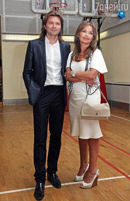 Супруга певца Дмитриева Маликова Елена походы в салоны красоты считает обязательными, а посещение спортивного клуба – необходимым.