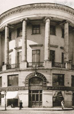 Хотя отец Саврасова бумагомарания не одобрял, все же позволил определить сына в Московское училище живописи, ваяния и зодчества (на фото)