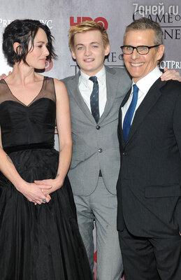 Лина Хиди с партнером по съемкам в «Игре престолов» Джеком Глисоном и президентом канала-производителя НВО Майклом Ломбардо