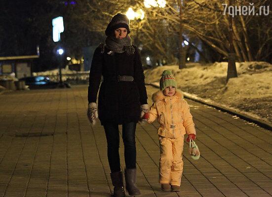 С дебютом «в кино» можно поздравить племянницу певицы — Варвару Ломакину, которая стойко выдержала долгий и затянувшийся процесс съемок, преодолела сон и сыграла роль дочери главная героини