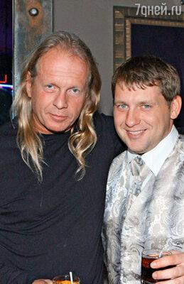 Крис Кельми (слева)