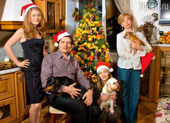 Евгений Князев с женой Еленой и дочерьми Александрой и Анастасией